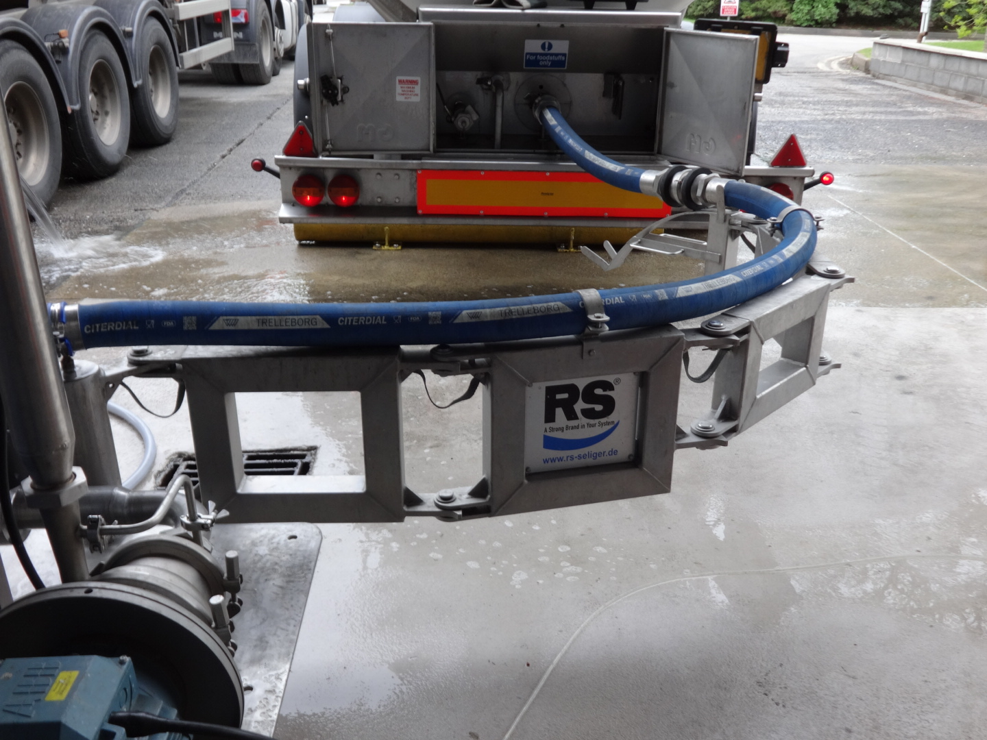Kiowa and Volac Hose Management Programme – Installing Roman Seliger Hose Loading Arms